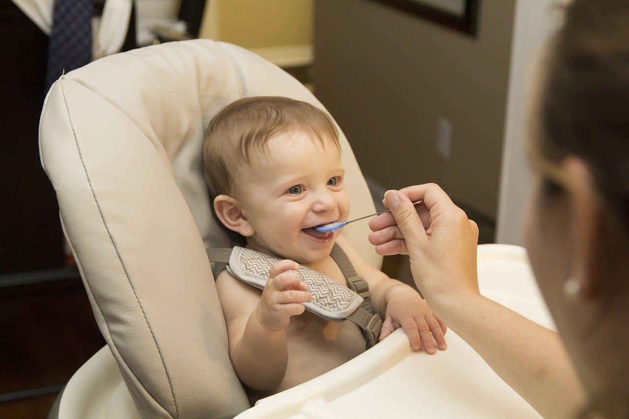 Fotografia de bebê comendo